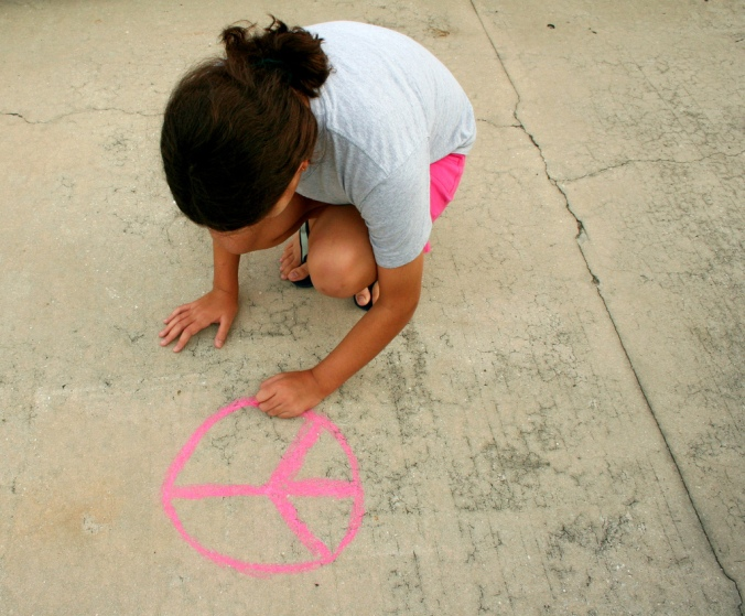 girl-peace-draw